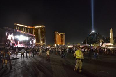 Al producirse el tiroteo estaba en el escenario el cantante Jason Aldean, cuya actuación se vio interrumpida por el sonido de las ráfagas de fusil, que provocaron el pánico entre los asistentes y que continuaron incluso después de que la banda dejara de tocar.