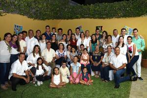 02102017 FESTEJA 88 AñOS DE VIDA.  Dolores Nazer de Torres rodeada de sus seres queridos.