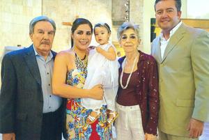 01102017 RECIENTE CEREMONIA RELIGIOSA.  Mayte de Salum, Roberto Salum Rodríguez, Natalia Salum Cota, Tere de Cota y Lic. Enrique Cota Alvarado.