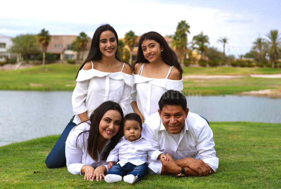 01102017 En Familia Paloma Mascorro Castanon Y Jose Estrada Emiliano Con Sus Hijos Blanca Paloma Y Mateo