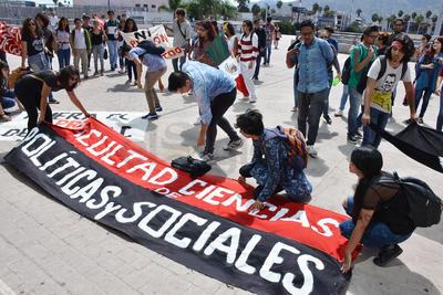 Estudiantes de Políticas terminan las actividades que programaron para conmemorar el tercer aniversario de la desaparición de los 43 normalistas de Ayotzinapa.