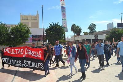 Marcha conmemorativa a 49 años de la matanza en Tlatelolco