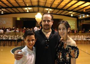04102017 Julio César Mota Valdés con sus hijos, Sebastián y Regina Mota Perella.