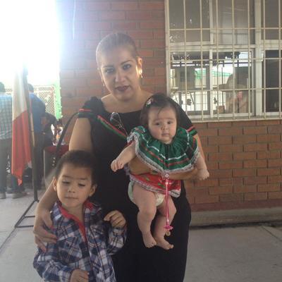 04102017 Ale y sus hijos Victoria y Paco.