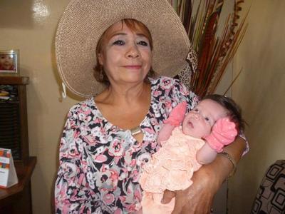 05102017 Cony Esparza con su nieta, Victoria.