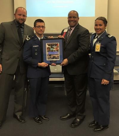 05102017 Lagunero Kyle A. Post, Segundo Teniente de la Fuerza Aérea de los Estados Unidos, recibe el más alto puntuaje académico, atlético y estrategias militares 4.75 GPA, al lado de la tambiénmexicoamericana, Yadira Díaz.
