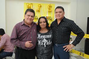 07102017 FESTEJO EN FAMILIA.  Miguel Gómez con sus hermanos, Raúl y Carmen.