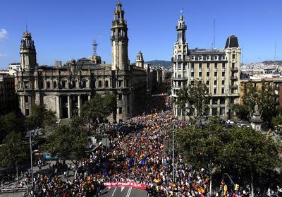 """También gritaron """"No estáis solos"""" a las fuerzas de seguridad del Estado español y exhibieron banderas españolas y catalanas"""