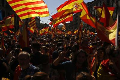 """Tras una pancarta con el lema """"Barcelona siempre con España"""", los concentrados, que se unieron después a la otra movilización, corearon consignas como """"Puigdemont a prisión"""" y """"Esta es nuestra policía""""."""
