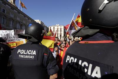 """Hora antes del inicio de esta manifestación, unas 400 personas se concentraron también en Barcelona para agradecer a la Policía y la Guardia Civil españolas la defensa del orden constitucional y su """"ejemplar comportamiento"""" el 1 de octubre, cuando se celebró un referéndum de independencia suspendido por la Justicia."""