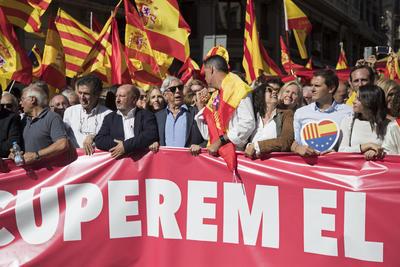 """Convocados por la organización Sociedad Civil Catalana bajo el lema """"¡Basta! Recuperemos la sensatez"""", los ciudadanos recorrieron el centro de la capital catalana con banderas de España, Cataluña y de la Unión Europea y gritando consignas como ¡Viva España y viva Cataluña!."""