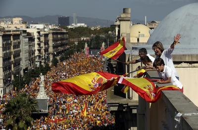 """Cerca de un millón de personas, según los convocantes -unas 350,000 según la Guardia Urbana-, se concentraron en la capital catalana bajo el lema """"¡Basta! Recuperemos la sensatez"""", portando banderas de España, Cataluña y la Unión Europea."""