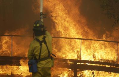 """""""Tristemente dos muertes han sido confirmadas en el incendio de Atlas en el condado de Napa. Estas se suman a otra en el condado de Mendocino"""", dijo ese Departamento en Twitter."""