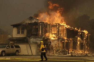 Al menos tres personas han muerto hoy los devastadores incendios en el norte de California (noroeste de Estados Unidos), informó hoy en su cuenta de Twitter el Departamento de Silvicultura y Protección de Incendios del estado.