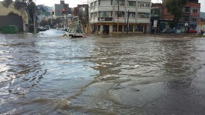 Una intensa lluvia sorprendió a los laguneros esta tarde. De acuerdo con la Comisión Nacional del Agua, se trata de las primeras afectaciones del ingreso del frente frío número 4 al territorio nacional, pronosticado para este martes.