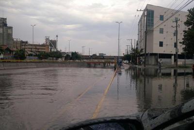 Peligroso. En Gómez Palacio, el desnivel del bulevar Miguel Alemán también fue cubierto por el agua y se impidió el paso por lugares cercanos para evitar una tragedia.