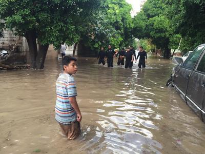 Niños, mujeres y personas de la tercera edad tuvieron que ser sacadas de sus domicilios, ya que algunos estaban a punto de colapsar por la humedad.