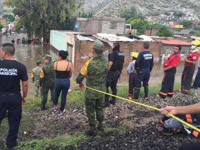 Personal de la 11 Región Militar aplicó de inmediato el Plan DN-III-E de ayuda a la población, debido a que un canal que corre paralelo a las vías del ferrocarril se desbordó y el agua inundó gran parte de la colonia.