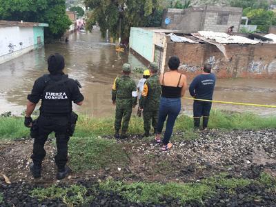 En la colonia Victoria personal del Ejército, Fuerza Coahuila, Bomberos, paramédicos de Cruz Roja y decenas de voluntarios apoyaron para rescatar a varias familias que quedaron atrapadas por el agua que superó los dos metros de altura.
