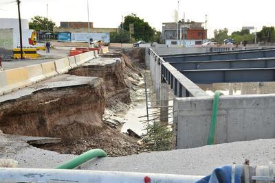 El desgajamiento de tramos de tierra y pavimento en una parte del perímetro no representan peligro por la presencia del muro de contención, agregó el director de Obras Públicas.