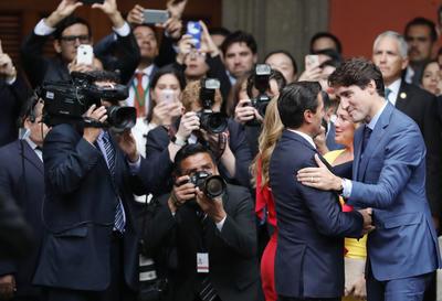 Posteriormente, se hizo la presentación de las respectivas comitivas, y el primer ministro canadiense pasó revista a la Guardia de Honor que estará a cargo de su seguridad y la de su esposa, durante esta visita de dos días al país.