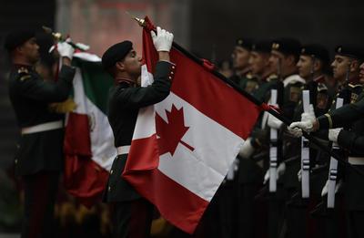 Luego del recibimiento al premier canadiense por parte el presidente Peña Nieto y su esposa, Angélica Rivera de Peña, en punto de las 17:00 horas en las puertas de Palacio Nacional, ambos mandatarios se trasladaron al patio central, donde se interpretaron los himnos nacionales de ambas naciones.