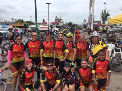12102017 Gary Pepeluis con su equipo, Pegasus bike team.