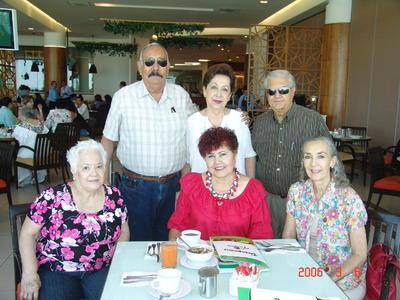 12102017 Alberto, Cristy, Salvador, Nena, Lidia y Cuca.