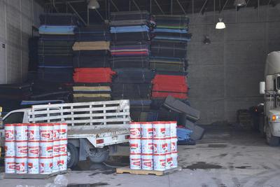 El resto de lo resguardado en el interior, son cientos de despensas, cobijas, colchonetas, materiales de limpieza, latas de pintura, enviados a Torreón dentro del programa Fonden 2016.