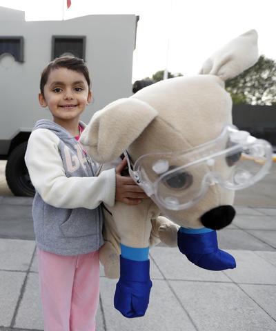 Daniela del Moral, de 5 años, quien elaboró su propio muñeco de Frida, la perrita rescatista.