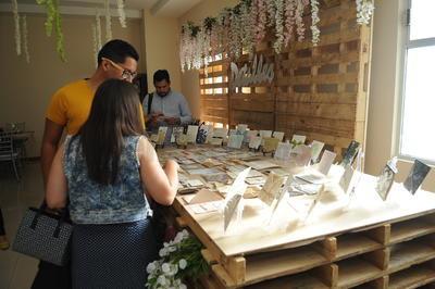 Se recibieron a parejas de enamorados que están planificando su boda.