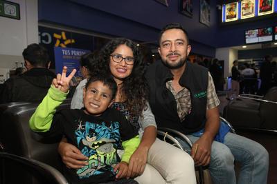 Eduardo, Karen y Santiago.