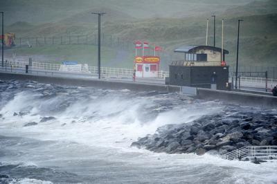 Ayer por la mañana, una mujer falleció asimismo en Waterford, también en un siniestro de circulación relacionado con las rachas de viento de hasta 156 kilómetros por hora que se han registrado en el país.