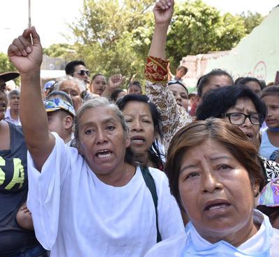 Cientos de personas mostraron su apoyo, levantando el puño y guardando silencio por las victimas.