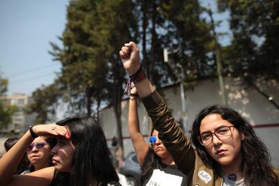 A las 13:14 horas levantaron el puño para conmemorar a los afectados.