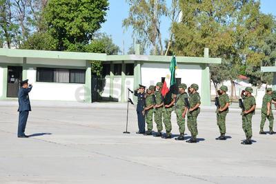 Frente a la Bandera Nacional el comandante rindió protesta.