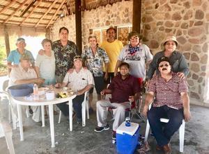 15102017 GRAN FESTEJO.  Felicitaron por su cumpleaños en Guasave, Sinaloa, a Nicolás Islas Rubio. Acudieron de Torreón: Carlos Ávila, Héctor Aguirre y René Campos.
