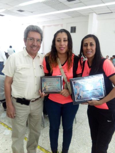 26102017 El entrenador el profesor José Luis Vielma con Lorena Gallegos y Yared Castro