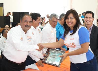 26102017 Cynthia Guadalupe Cardona, a nombre de su equipo, recibe reconocimiento.