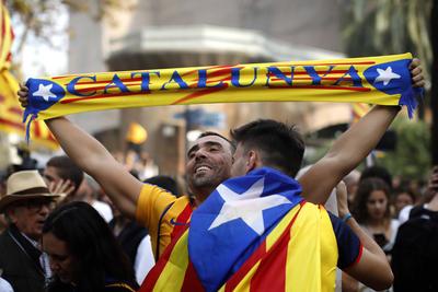 Con banderas y cualquier signo de su región, festejan ahora.