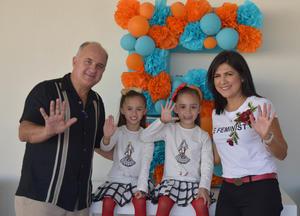 Cuauhtémoc Estrella y Alejandra Luna con sus hijitas.