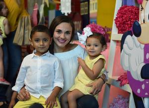 Jessica con sus hijos Jaimito y Fernanda.
