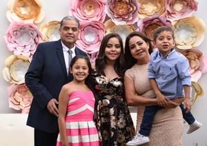 La festejada acompañada por sus papás José Luis y Adriana así como de sus hermanos Valentina y José.