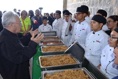 José Guadalupe Galván, Administrador Apostólico de la Diócesis, bendijo los alimentos.