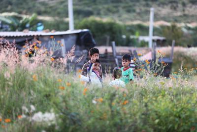 En este lugar, decenas de niños crecen ajenos al peligro del lugar en que sus padres construyen su hogar; en la gran mayoría de los casos, la necesidad les hizo comprar terrenos en esta zona de riesgo.