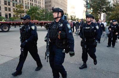 El sospechoso recibió disparos de los agentes policiales y quedó detenido, según la fuente oficial.