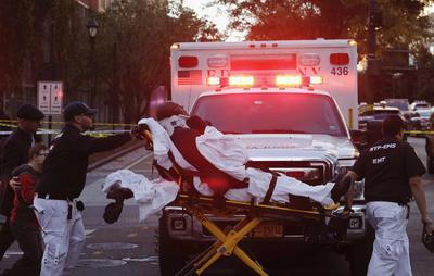 El Departamento de Policía de Nueva York (NYPD) informó que, según datos provisionales, el conductor del vehículo arrolló a varias personas y salió de él después portando algo que puede ser una imitación de un arma de fuego.