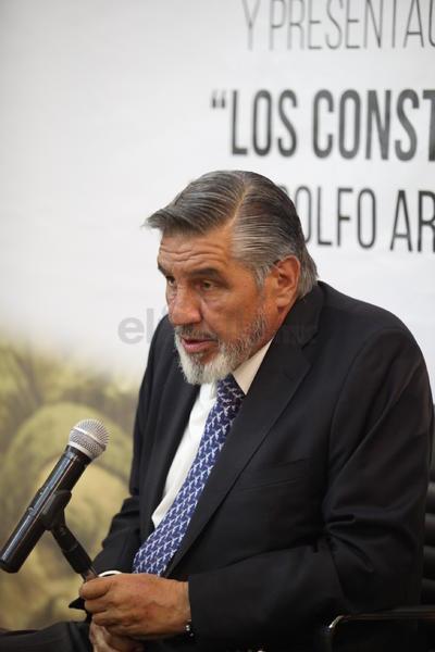 Adolfo Arrioja Vizcaíno presentó el libro donde habla de la participación de Francisco Zarco en la Constitución de 1857.