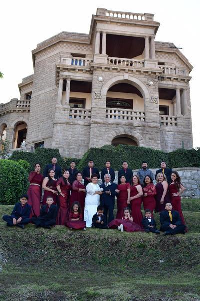 Familia Mata Vázquez festejando el 50 aniversario de bodas de la Sra. Margarita Vázquez y José Félix Mata, siendo acompañados por hijos, nietos y bisnietos. - Erick Sotomayor Fotografía