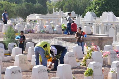 Otros mas permanecieron por varios minutos en este Día de Muertos.